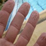 هذا هو سبب تجعد جلد أصابعنا في الماء!