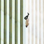 في ذكرى 11 سبتمبر.. من هذا الرجل الهابط على رأسه؟-فيديو