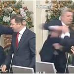"""بالفيديو ..شاهد """"لكمة"""" خاطفة هي الاقوى تحت قبة البرلمان الأوكراني!"""