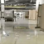 """بالفيديو : تسريبات لمياه الأمطار في """"صالات مطار الرياض"""" .. والمدير المناوب: """"مجرد تنقيط""""!"""