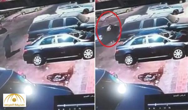 حاولت منعهم وسقطت على الأرض .. شاهد: سرقة حقيبة امرأة بحي البايونية في الخبر