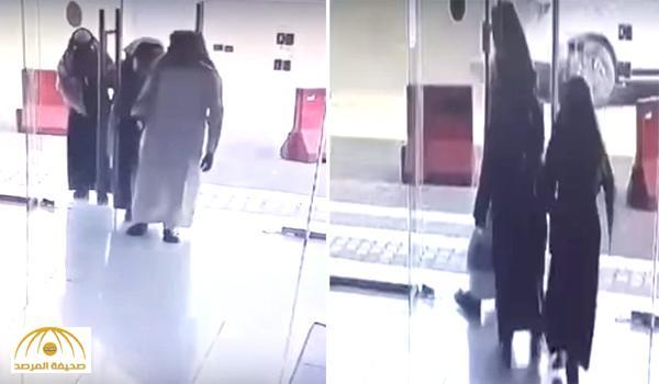 بحيلة حشر الضحية .. بالفيديو : هكذا سرق 3 لصوص مسن داخل محل تجاري !