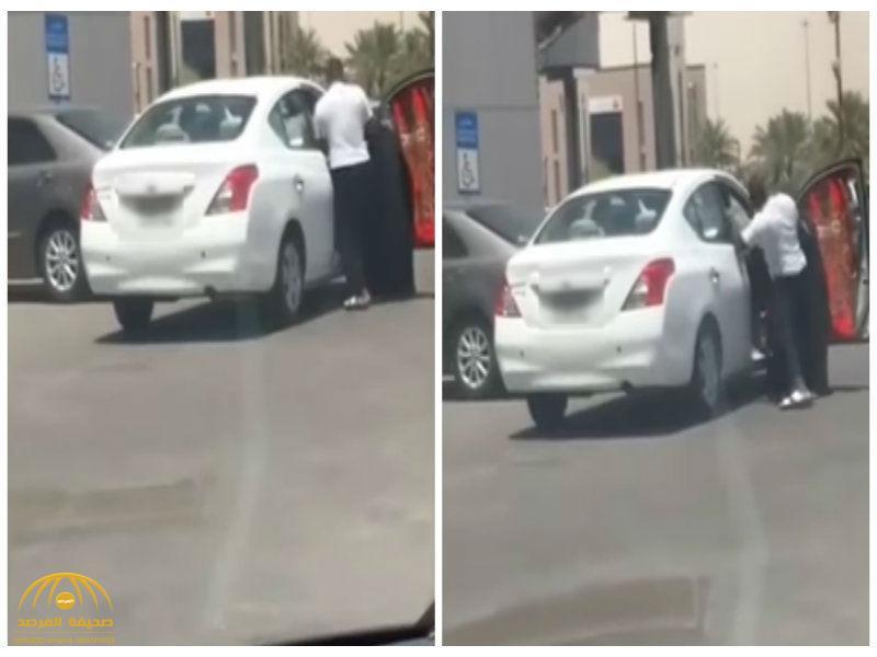 ركلها عدة مرات داخل السيارة..شاهد: رجل يعتدي على زوجته بطريقة غريبة في الشارع