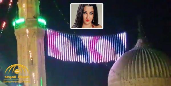 """شاهد .. الراقصة """"صافينار"""" تُعرَض فوق مئذنة مسجد في حي السيدة زينب بمصر"""
