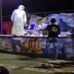 شاهد .. لحظة الاعتداء على فنان عربي وضربه على المسرح !
