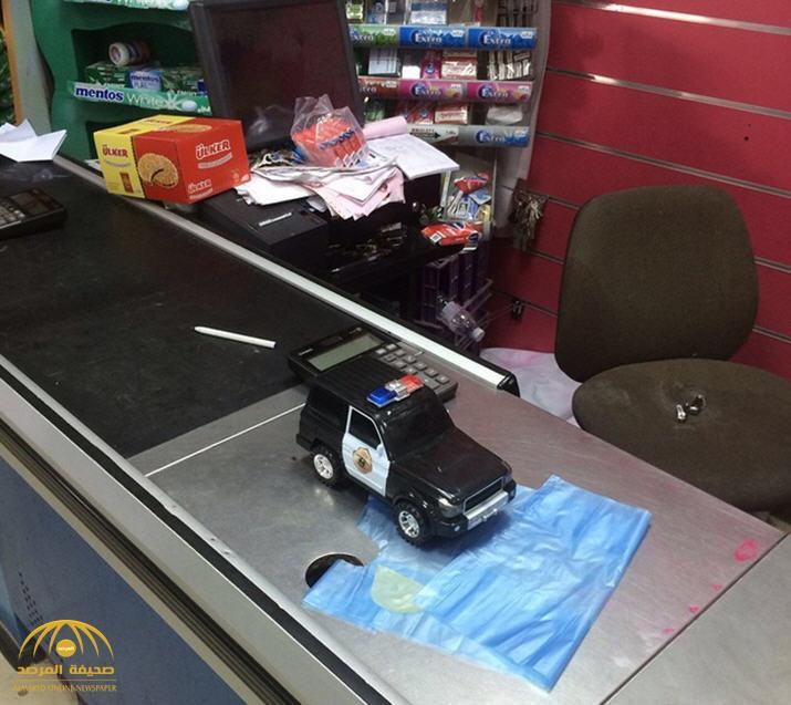 """تفاصيل جريمة سطو كبرى على مركز تجاري في الطائف..والجناة يتحدون الشرطة بـ""""مجسم دورية"""" ..صورة"""