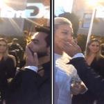 """بالفيديو: شاهد لحظة تقبيل المغني """"تامر حسني"""" للسعودية  """"روز"""" في أول لقاء بينهما في أمريكا!"""