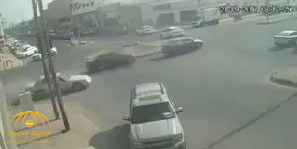 شاهد .. حادث مروع لسيارة مسرعة في أحد التقاطعات .. وهذا ما حدث لشخص تواجد أثناء الاصطدام