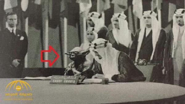مصمم صورة الكائن الغريب بجانب الملك فيصل يعترف بتعمده فعلها .. ويكشف السبب