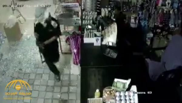 شاهد : لص يقتحم محل تموينات بنجران .. وكاميرا المراقبة ترصد تحركاته