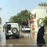 """شاهد.. فتاة بالعباءة والنقاب تمارس ركوب أمواج  """"السيول"""" في شوارع جدة !"""
