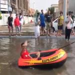 بعد تحول بعض الشوارع لبحيرات صغيرة.. شاهد: كيف عبر شبان عن فرحتهم بأمطار جدة!