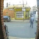 مقطع فيديو يحبس الأنفاس.. شاهد: رجل ينجو من الموت بأعجوبة!