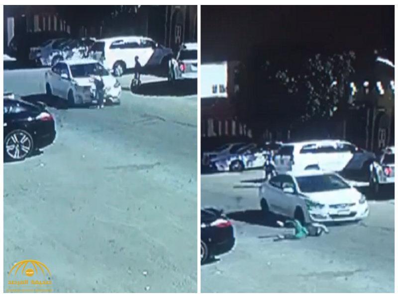 شاهد.. سائق سيارة يتعمد دهس طالب أثناء خروجه من المدرسة ثم يهرب!