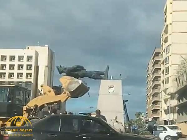 """شاهد: لحظة تحطم تمثال المصري """" عبد المنعم رياض"""" أثناء محاولة نقله من موقعه"""