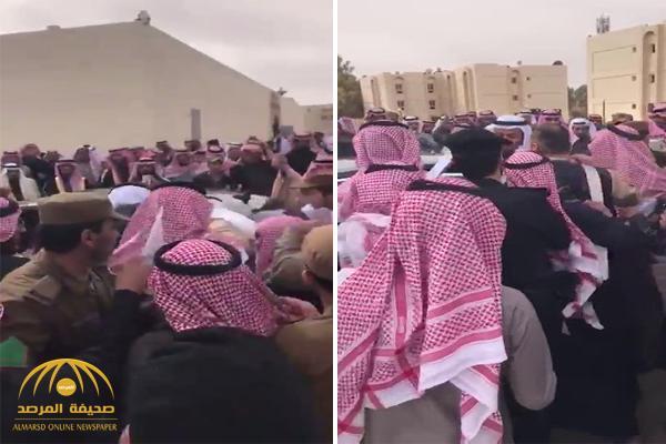 شاهد ردة فعل وزير الصحة بعد تجمهر المواطنين حوله لتقديم الشكاوى في عرعر