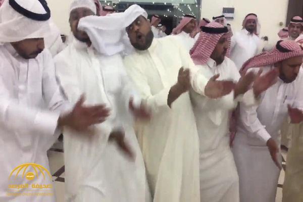 """شاهد .. مواطن يتفاعل مع رقصة """"الدحّة"""" ويعض غترة من كان بجانبه"""
