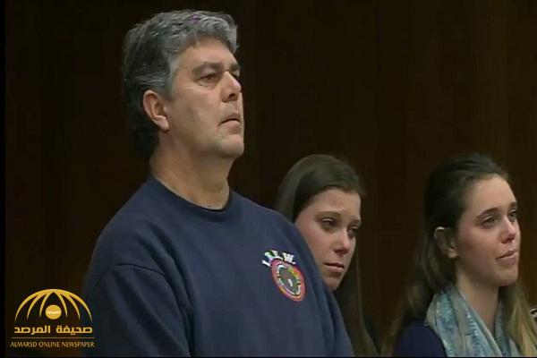 شاهد .. لحظة هجوم والد ضحايا اعتداءات لاري نصار الجنسية عليه في المحكمة