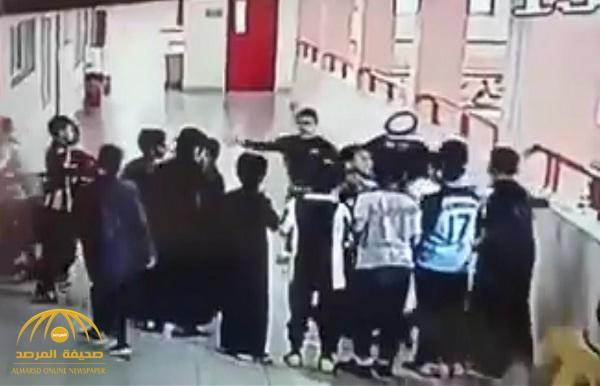 """شاهد : معلم ينقذ طالب من """"الموت"""" بعد ابتلاعه عملة معدنية في مدرسة بتبوك"""
