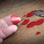 عقب الانتهاء من الصلاة .. مواطن يطعن شخص بسكينة في رقبته بمكة !
