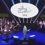 """شاهد : الفنان """"محمد عبده"""" يهدي أغنية """"أيوة"""" لحبيبته .. ومغردون يتوقعون من هي !"""