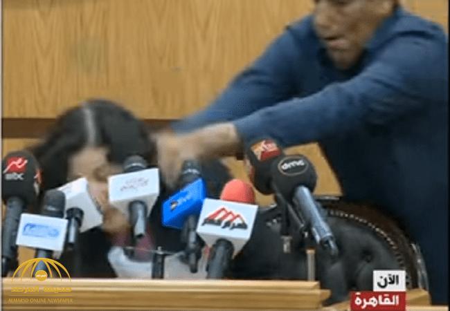 شاهد بالفيديو ..لحظة تعرض مسؤولة مصرية للضرب أثناء مؤتمر صحفي!