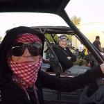 بالصور.. الفنانة ليندسي لوهان تتجول في صحراء دبي