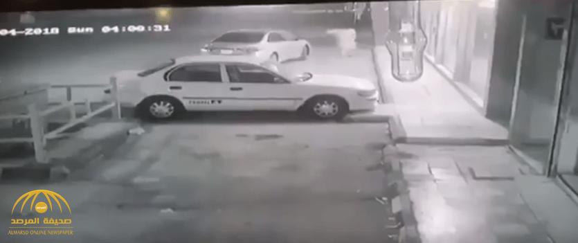 شاهد.. لحظة اصطدام سيارة شرطة بلصيّن حاولا السطو على صيدلية بالرياض