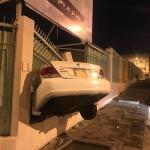 شاهد بالصور: سائق يفقد السيطرة على سيارته.. ويقتحم فناء مدرسة بالطائف ويقتلع السياج الحديدي!