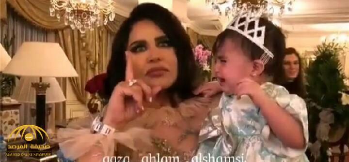 """شاهد الفنانة أحلام تصيب طفلة رضيعة بـ""""الفزع والرعب """" أثناء حفلها الغنائي بالكويت"""