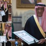 """بالصور: شاهد لحظة تأثر الأمير """"مقرن"""" أثناء تسلمه وسام الملك عبدالعزيز الممنوح لـ""""نجله"""" الشهيد """"منصور"""""""