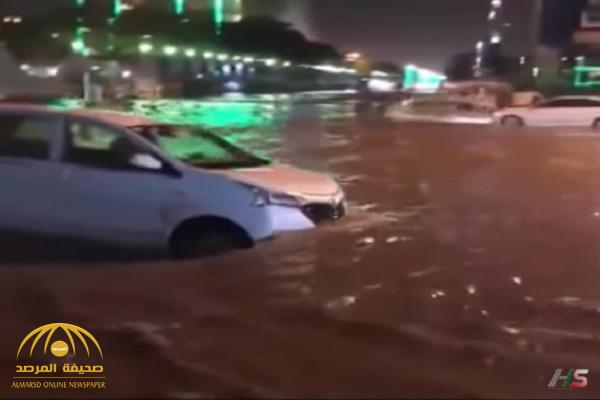 شاهد.. أمطار غزيرة تغرق شوارع نجران!