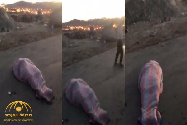 بالفيديو .. لحظة عثور مواطنين على جثة وسط طريق سريع في ظروف غامضة بأبها