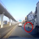 بالفيديو: شاهد.. طفل يفتح باب سيارة ويسقط أثناء سيرها وسط طريق بالرياض!
