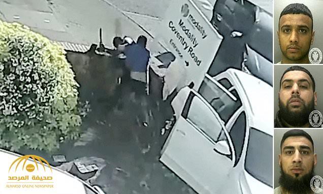 شاهد: ثلاثة أشخاص من أصول آسيوية يعتدون على شاب بريطاني بمنجل حاد ويتركونه غارقاً بدمائه!