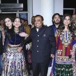 بالصور: أغنى رجل في الهند يزوج ابنته … كيف صنعت دعوات الزفاف؟