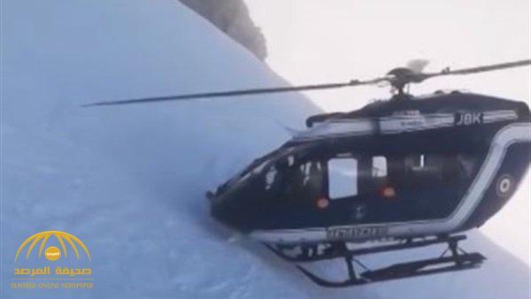 شاهد.. طيار فرنسي يغامر بحياته لإنقاذ مصاب فوق جبال الألب بطريقة خطيرة!
