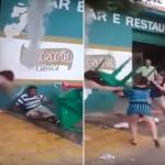 """إحداهن ضربته بالطاولة.. شاهد: 3 سيدات ينهالون على """"رجل"""" بالضرب ويسقطونه أرضًا!"""