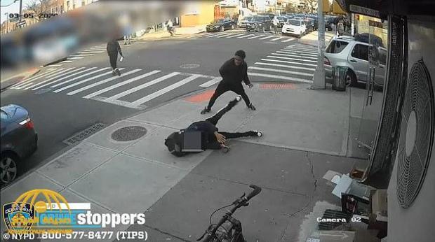 , بالفيدو :  20 شابا يضربون فتاة أمريكية ويركلونها في نيويورك