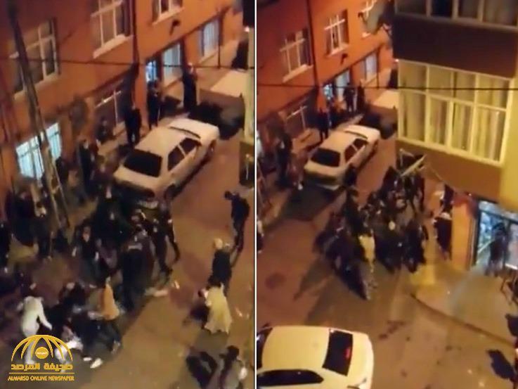 شاهد: فوضى وهلع خارج أحد المتاجر الغذائية في تركيا بعد إعلان حكومة أردوغان منع التجول