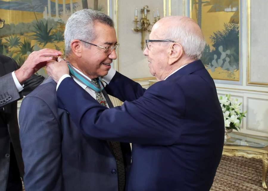 Le 13 août 2018, le Président de la République décore Abdelmajid Charfi des insignes de l'Ordre de la République.