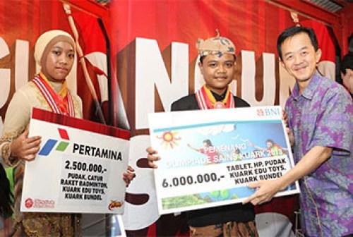 JAWARA. Dua siswa SD Al-Ya'lu, Adi Ismail Nagara dan Syahidah Charisa Nabila menerima hadiah sebagai juara olimpiade sains Kuark tingkat nasional