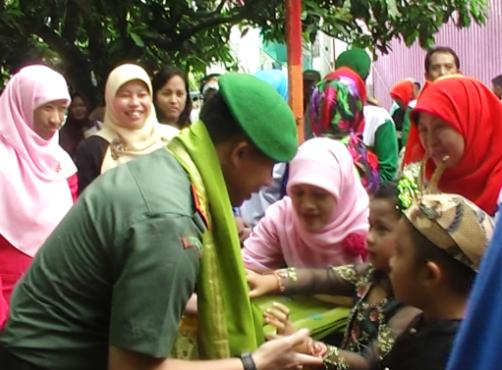 Bapak Komandan Kodim 0833 Kota Malang, Letkol Arm Arya Yudha Setiawan SIP juga menerima pengalungan sorban dari peserta didik Al Ya'lu