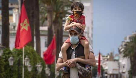 مواطنون مغاربة يضعون الكمامة