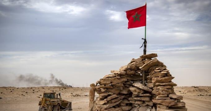 جرافة تمر على قمة تل يسكنها جنود مغاربة على طريق بين المغرب