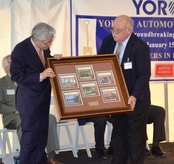 Jasper Mayor Sonny Posey exchanges gifts with Akihiko Shido, CEO of Yorozu Corp. (Michael Tomberlin/Alabama NewsCenter)