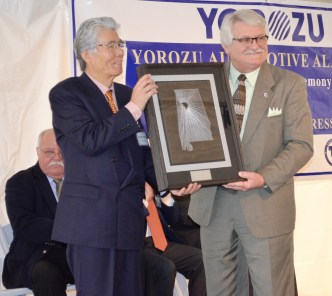 Billy Luster, chairman of the Walker County Commission, exchanges gifts with Akihiko Shido, CEO of Yorozu Corp. (Michael Tomberlin/Alabama NewsCenter)