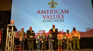 "Birmingham Mayor William Bell receives the ""Heart of the Eagle"" award. (Michael Tomberlin/Alabama NewsCenter)"