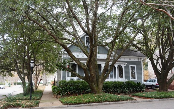 Many homes in Montgomery's Cottage Hill neighborhood have been restored to their original beauty and charm in the past few decades. (Karim Shamsi-Basha/Alabama NewsCenter)