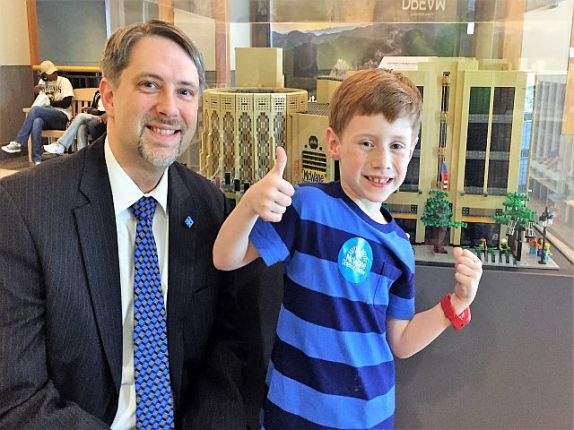 "Eli Parker (right) gave Higgins' work a ""thumbs up."" (Donna Cope / Alabama NewsCenter)"